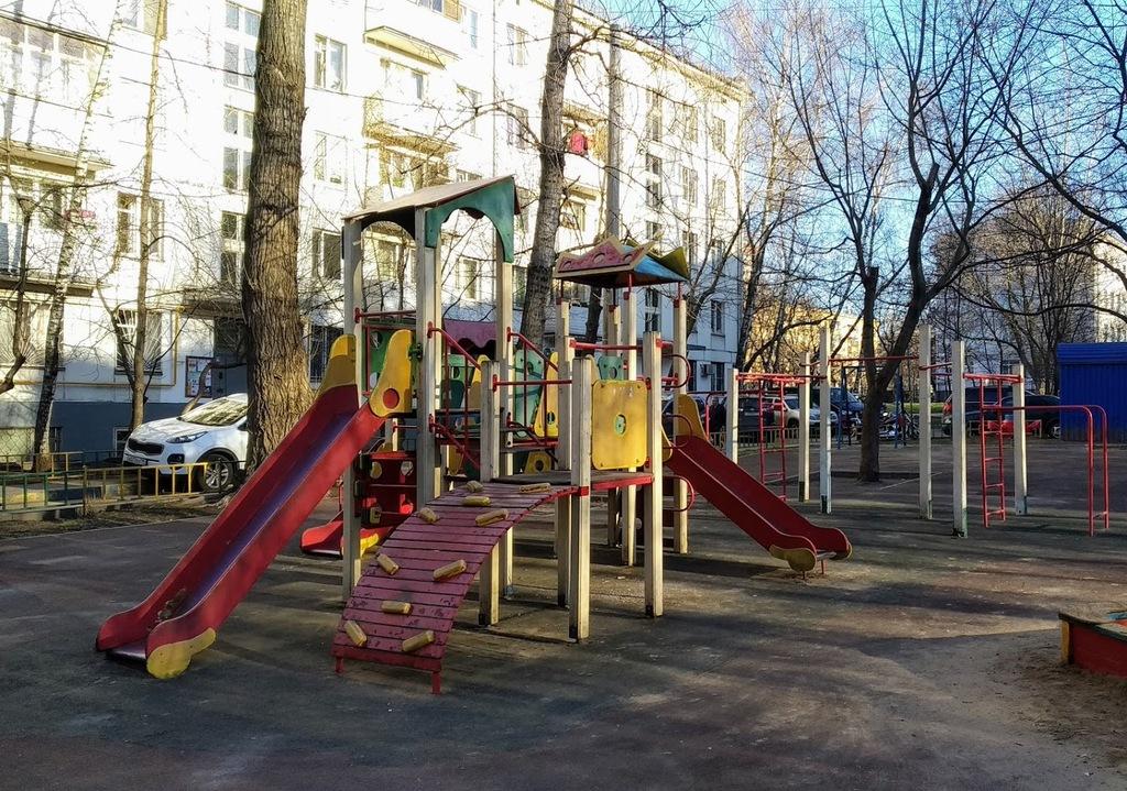Детская площадка где Аптекаре из бутылки водки появилась берегиня Любовь Николаевна.